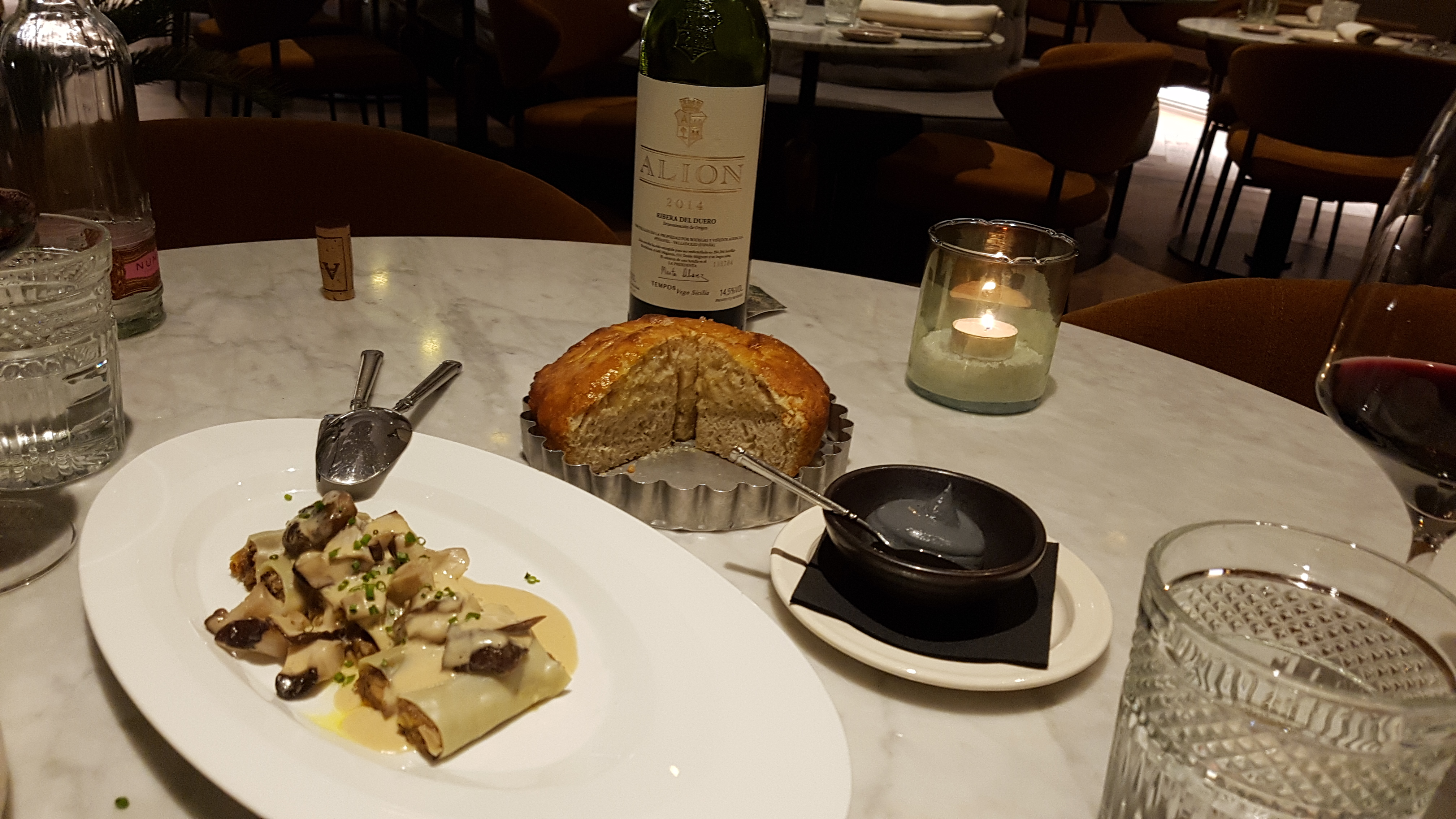 Mini canelloni with mushrooms and foie, Alion wine